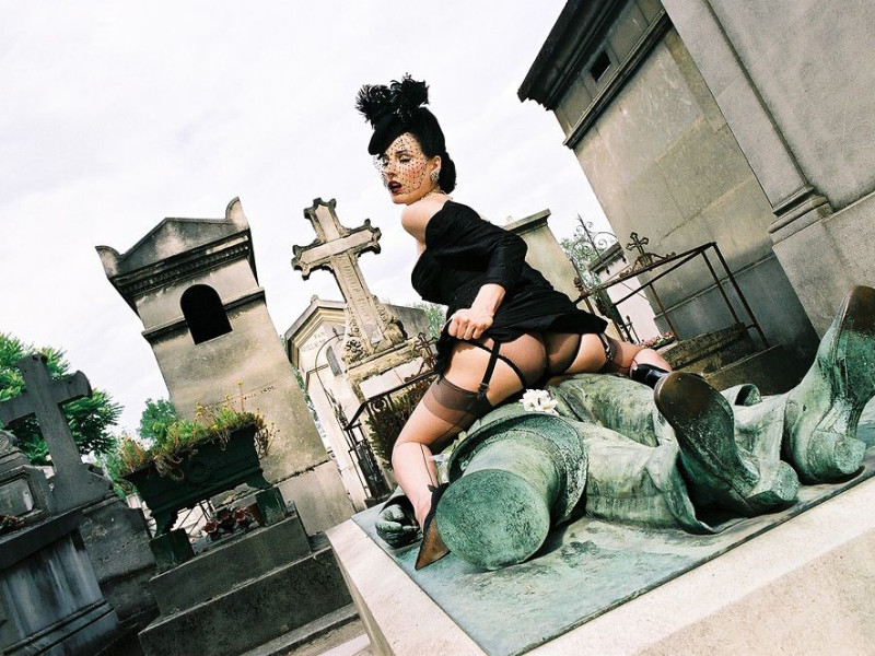 Dita Von Teese with Victor Noir, Pete Lachaise Cemetery